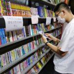 读者在上海外文图书公司展位流连忘返。该展架为上海图书馆和外文图书公司的合作展位,读者可以直接借阅该架图书,由图书馆埋单。